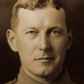 nl.wikipedia.org/wiki/John_McCrae#/media/File:John_McCrae_in_uniform_circa_1914.jpg.